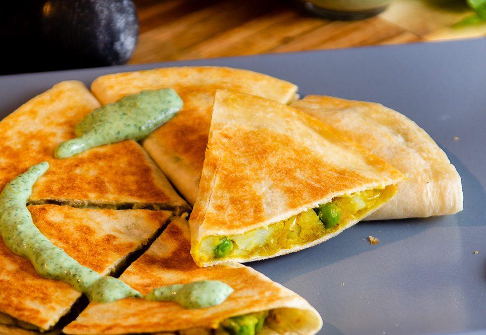 Samosadilla – Samosa-tortilla med grønn urte chutney